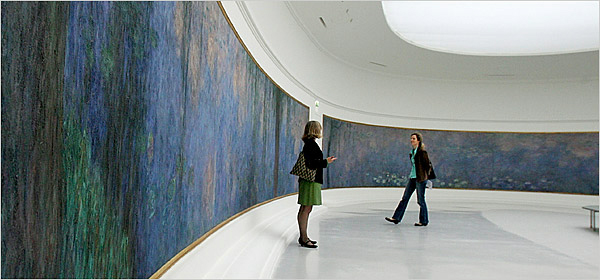 The curved walls of the exhibition hall at L'Orangerie.